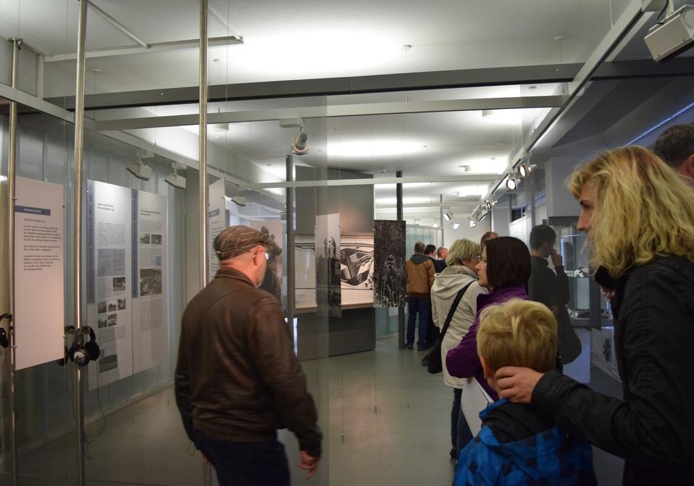 Besucher in der Dauerausstellung der Gedenkstätte Deutsche Teilung Marienborn Foto: Gedenkstätte Deutsche Teilung Marienborn