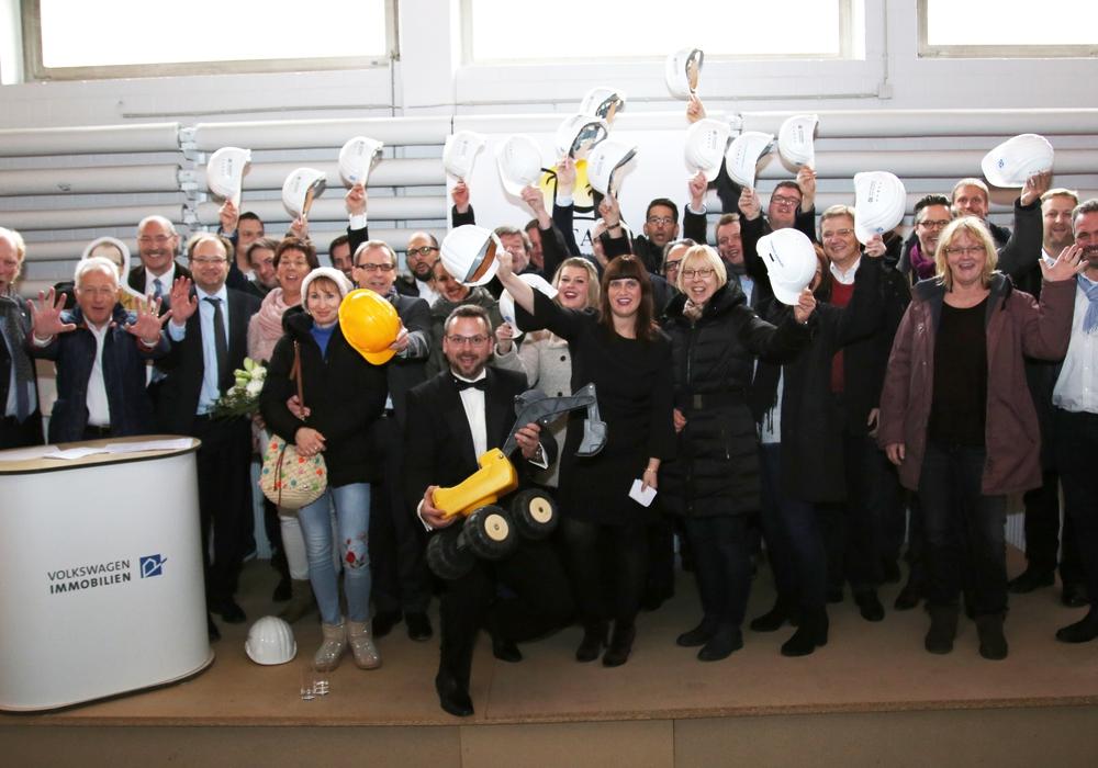 Axel Schiffers bei seiner Verabschiedung mit Kollegen und Freunden. Fotos: Volkswagen Immobilien GmbH