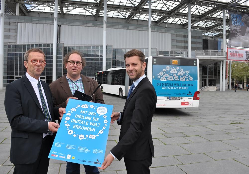 Oberbürgermeister Klaus Mohrs, Christian Cordes (Leiter Schiller 40) und Dennis Weilmann (Leiter Kommunikation Stadt Wolfsburg) stellen die Digiline vor. Foto: Stadt Wolfsburg