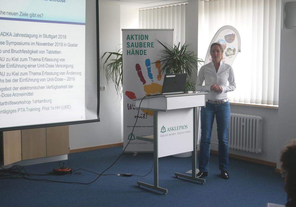 Informierten über Unit Dose: Mechthild Wenke (l.) und Birte Jerkel, Leitungen der Apotheke der Harzkliniken, vor dem Medikamentenautomaten. (Fotos: Asklepios Harzkliniken)