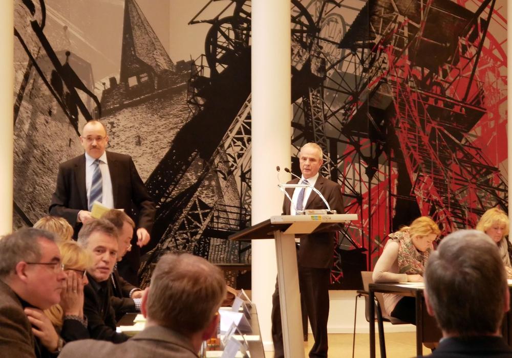 Landrat Thomas Brych rügt Frank Schmidt (AfD) auf der Kreistagssitzung. Foto: Alexander Panknin