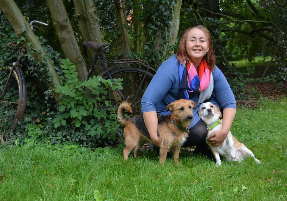 """Die """"Neue"""" im Pfarrhaus. Pastorin Katrin Deutsch genießt den großen Pfarrgarten mit ihren Hunden. Foto: Privat"""