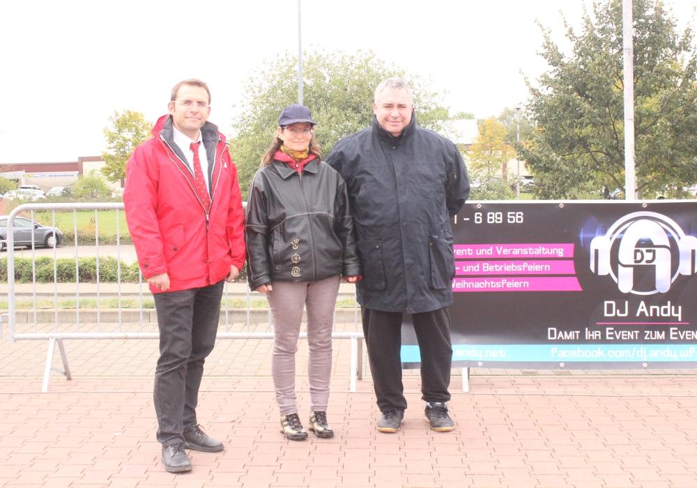 Joys Mama Tina, hier mit  Falko Brand, Leiter des Baumarktes Hellweg in Wolfenbüttel und Initiator Dieter Asche, dankte via Facebook für die Unterstützung. Foto: Anke Donner