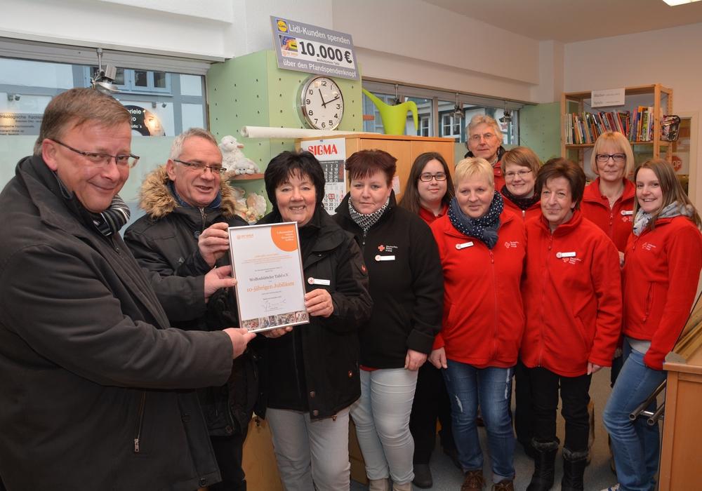 Das Wolfenbütteler Tafel-Team nahm erst kürzlich zum zehnjährigen Bestehen der Einrichtung eine Urkunde vom Tafel-Bundesverband entgegen. Foto: DRK