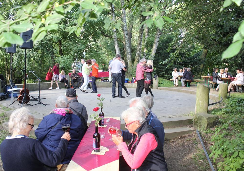 Auch an diesem Sonntagabende fanden sich einige Tanzwillige auf dem Tango-Tanz-Platz im Park am Inselwall ein, um in echter Tangomanier über die Tanzfläche zu schwofen. Fotos: Anke Donner