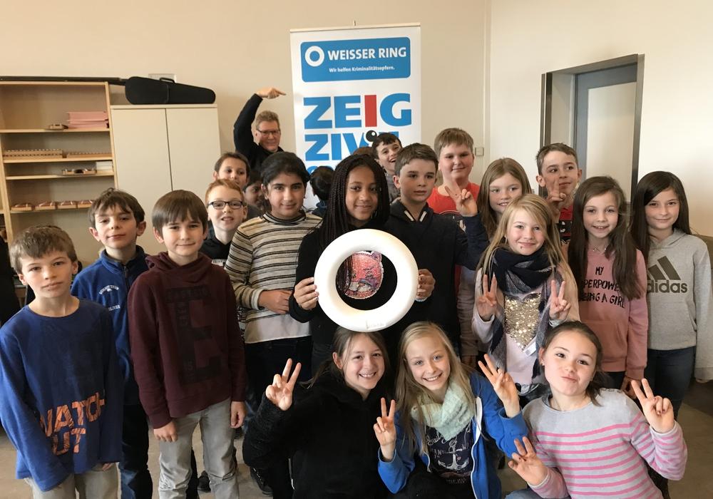 Uwe Klußmann wirbt mit Goetheschülern für Zivilcourage. Fotos: Koschig/WEISSER RING