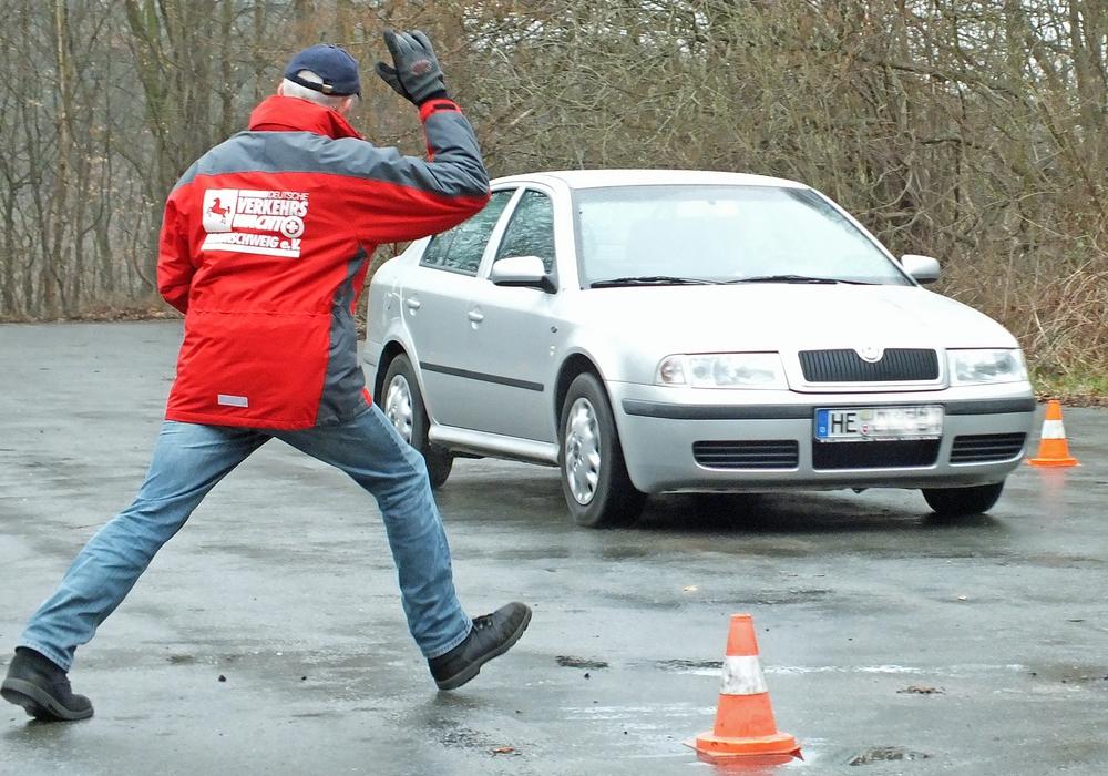 Der Moderator der Landesverkehrswacht gibt ein Signal zur Schlagbremsung. Archivfoto: Kreisverkehrswacht Helmstedt
