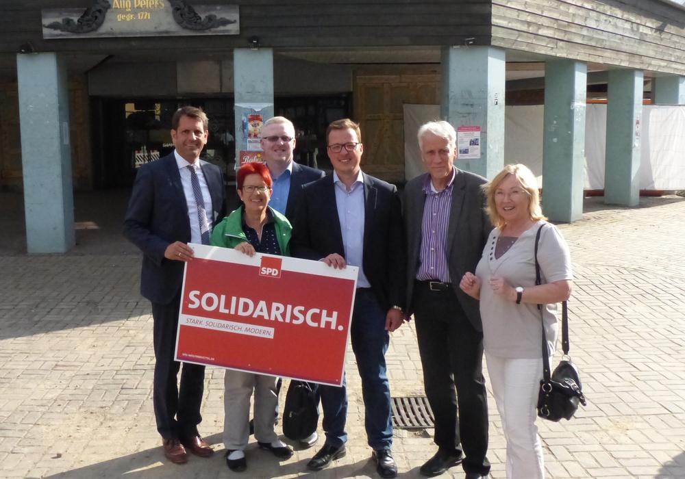 Olaf Lies (von links), Dörthe Weddige-Degenhard, Falk Hensel, Jan Schröder, Ralf Achilles, Elke Wesche vor dem Hertie-Gebäude. Foto: SPD