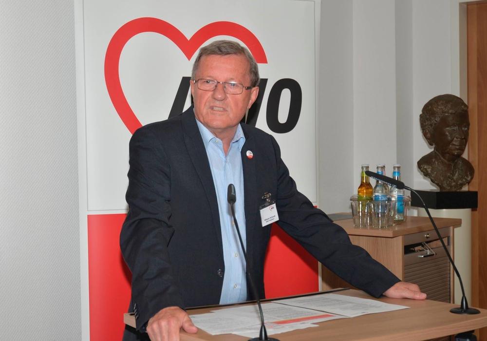"""Wilhelm Schmidt, Präsidiumsvorsitzender des AWO-Bundesverbandes, eröffnet die Flüchtlingskonferenz """"Ankommen in Deutschland - Solidarität ist unsere Stärke!"""" Foto: AWO Bundesverband e. V."""