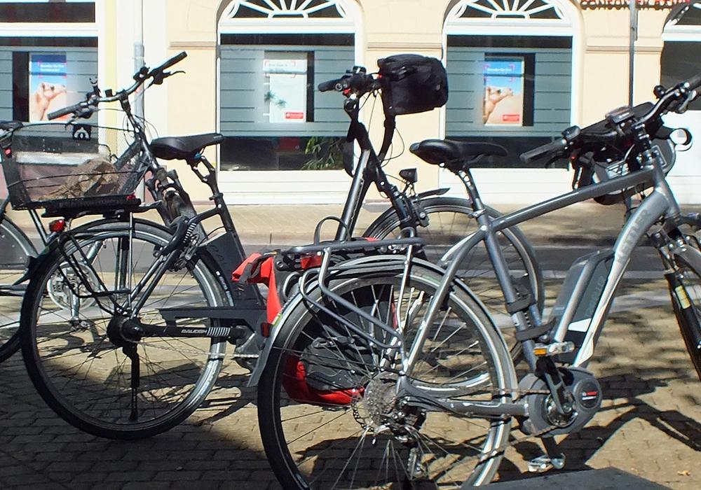 Auf dem Lindenplatz abgestellte Fahrräder mit Elektromotor. Foto: Kreisverkehrswacht Helmstedt