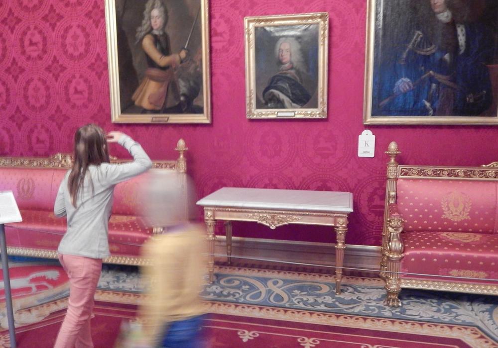 Kinder erkunden das Schlossmuseum. Foto: Schlossmuseum