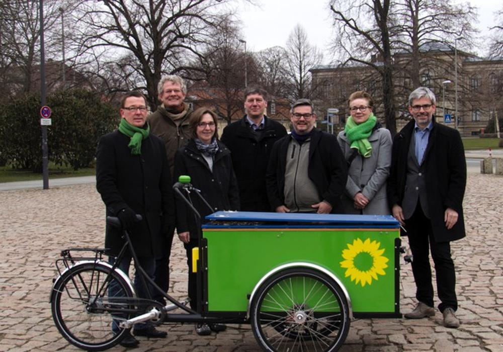 """Die """"Spitzen""""-KandidatInnen der Grünen Wolfenbüttels für den Rat der Stadt. Von links: Jürgen Selke-Witzel (WB1, Platz 1), Andreas Pölking (WB2, Platz 2), Elke Schmidt (WB1, Platz 2), Reiner Strobach (WB4, Platz 2), Markus Brix (WB4, Platz 1), Ulrike Krause (WB3, Platz 1), Stefan Brix (WB2, Platz 1). Es fehlt Pieter KG Welge (WB3, Platz 2). Foto: Privat"""