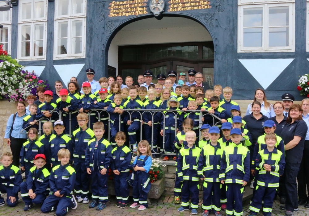 Sehen jetzt aus wie echte Feuerwehrleute: die Kinder der Wolfenbütteler Kinderfeuerwehren. Fotos: Werner Heise
