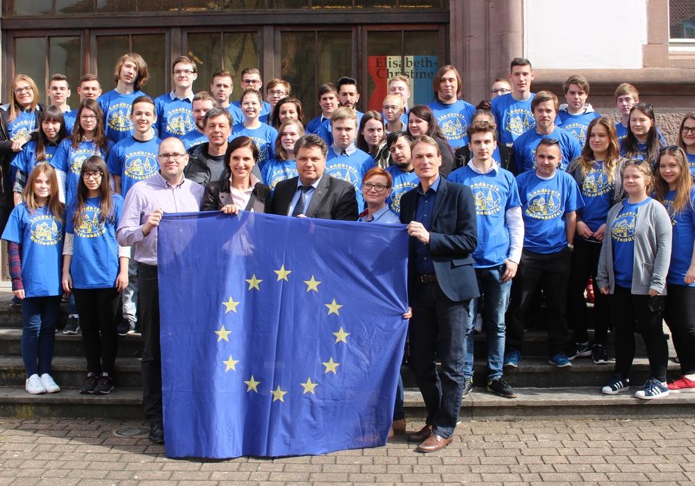 Die polnischen und deutschen Schüler samt Lehrkräften und Uwe Schäfer vor dem Landkreisgebäude. Fotos: Alexander Dontscheff