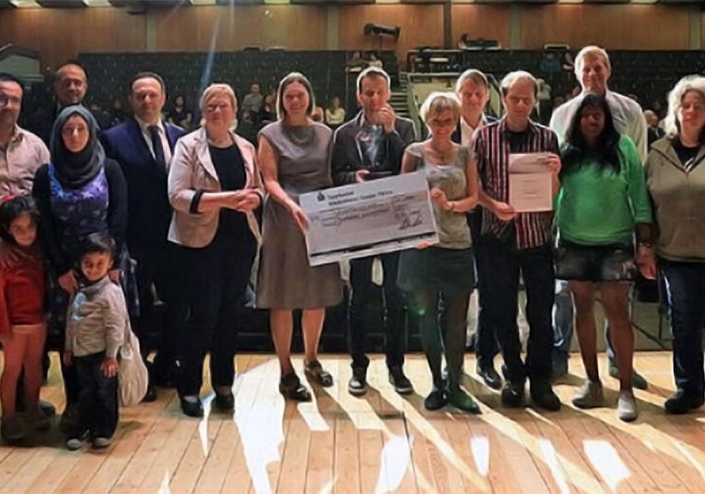 Die Vertreter von Jumpers freuen sich mit den Vertretern der Stadt Salzgitter über den Integrationspreis. Foto: Stadt Salzgitter