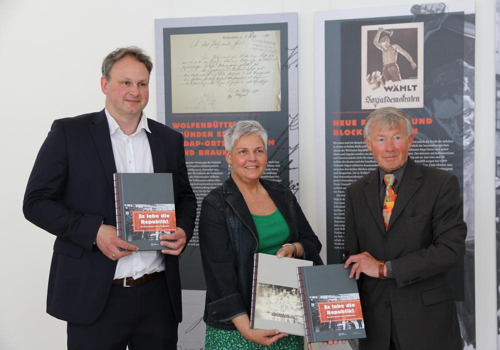 Markus Gröchtemeier (Mitarbeiter Museum Wolfenbüttel), Dr. Sandra Donner (Leiterin des Museums Wolfenbüttel) und Prof. Dr. Christoph Helm (1. Vorsitzender des Verein Kulturstadt Wolfenbüttel e.V.) (v. li.).  Fotos: Museum Wolfenbüttel