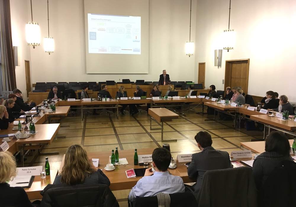 Olaf Schieseck vom Jobcenter stellte dem Integrationsausschuss die Arbeit des Flüchtlingsteams vor. Foto: Alexander Dontscheff