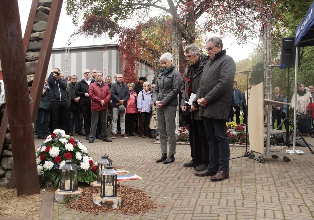 Landrätin Christiana Steinbrügge, der Erinnerer Jürgen Kumlehn und Bürgermeister Pink trauern gemeinsam vor dem jüdischen Denkmal. Anlass für die Mahnwache ist der rechtsextreme Terroranschlag in Halle am vergangenen Mittwoch. Fotos: Marvin König