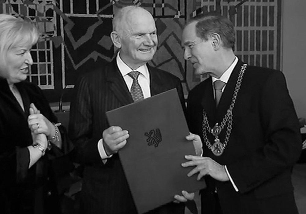 Der verstorbene Ehrenbürger (Mitte) bei der Verleihung der Ehrenbürgerwürde durch Bürgermeister Dr. Gert Hoffmann (rechts).