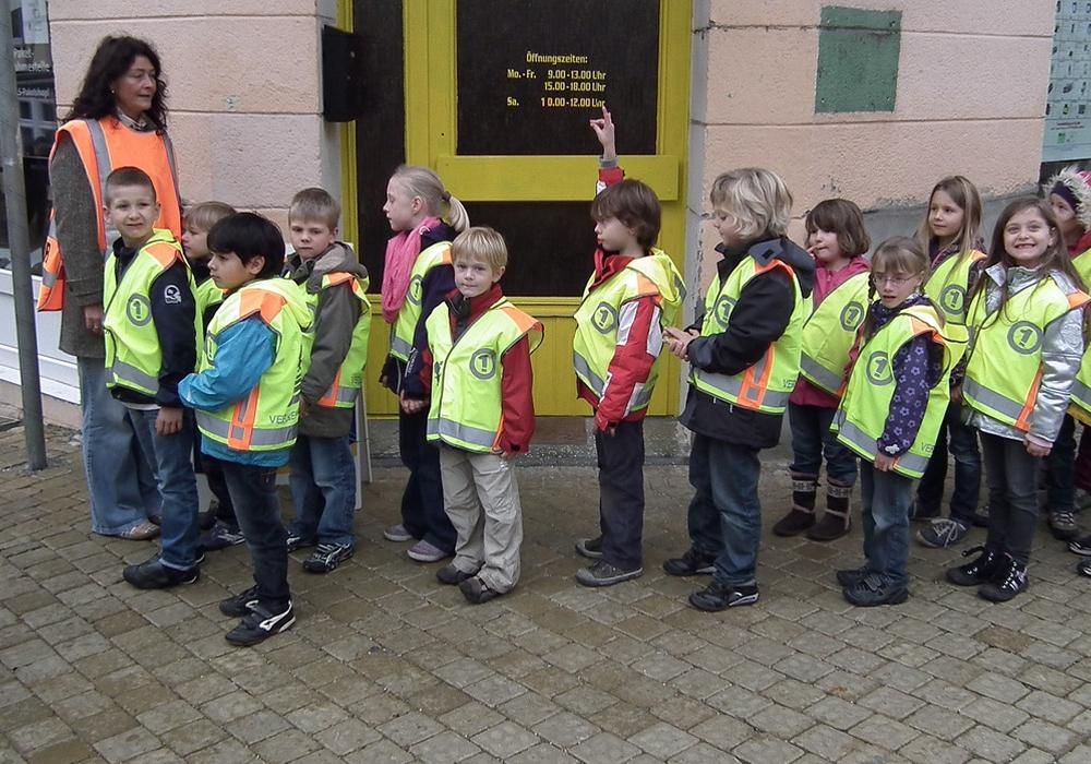 Schüler der Grundschule St. Ludgerus bei der Verkehrserziehung im Schulumfeld. Foto: Kreisverkehrswacht