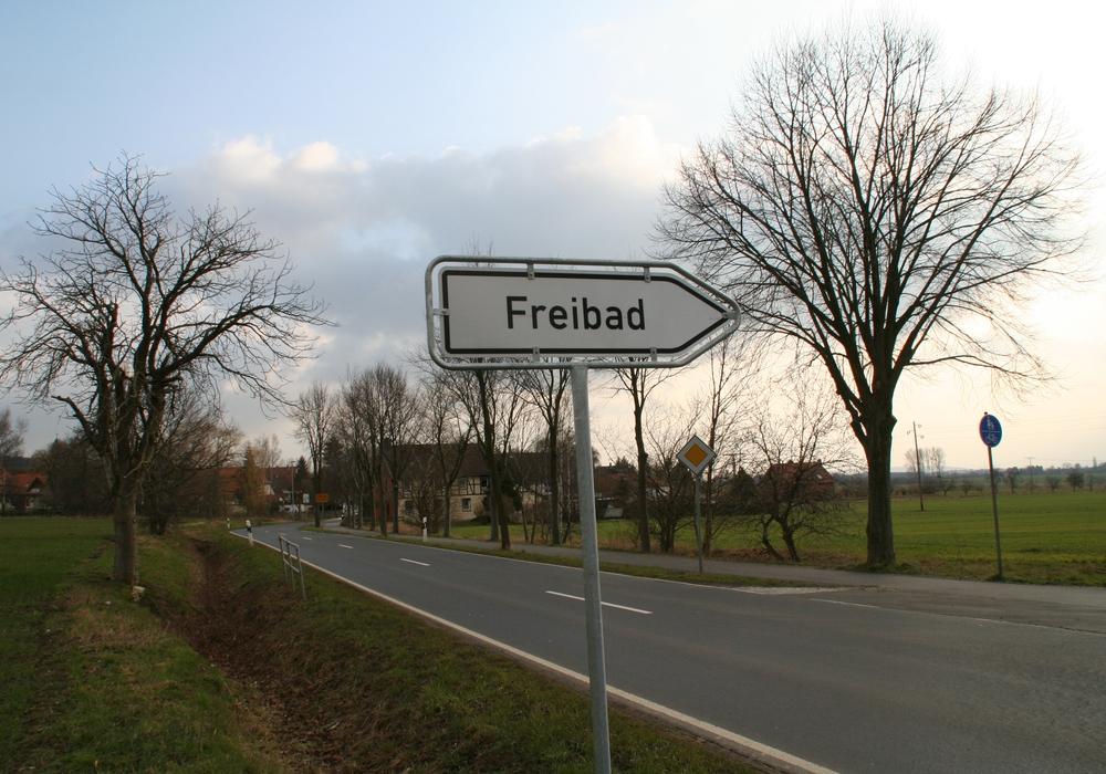 Ein Hinweisschild auf das Freibad am Elm kurz vor Hemkenrode. Foto: Privat
