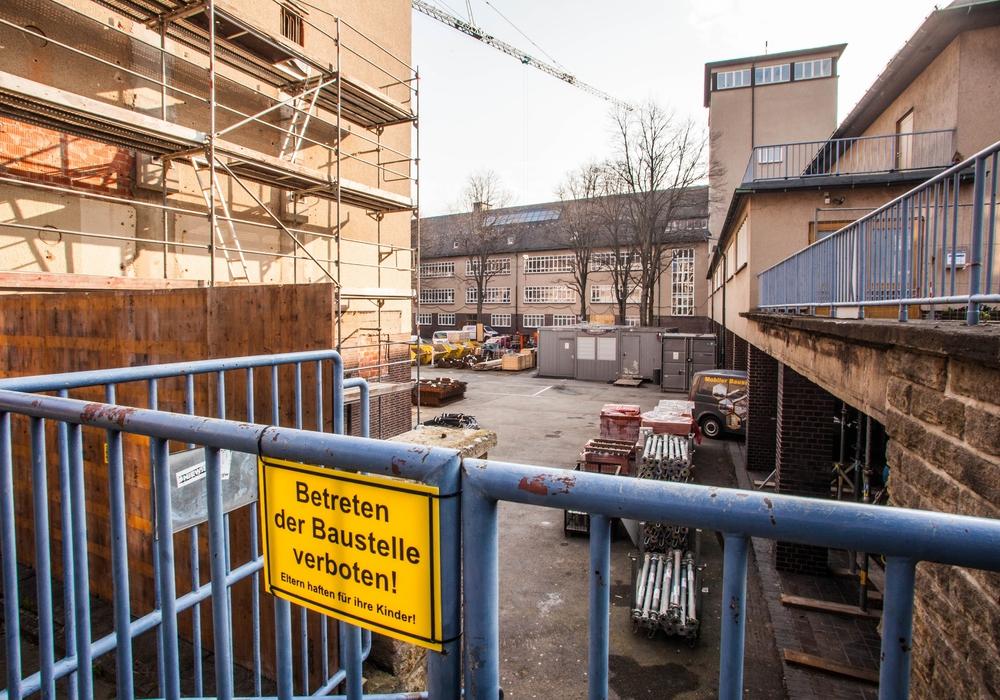Hier ist normalerweise Schluss. Am Tag der Städtebauförderung kommen Interessierte aber auch hinter den Bauzaun am Kulturmarktplatz. Foto: Stadt Goslar