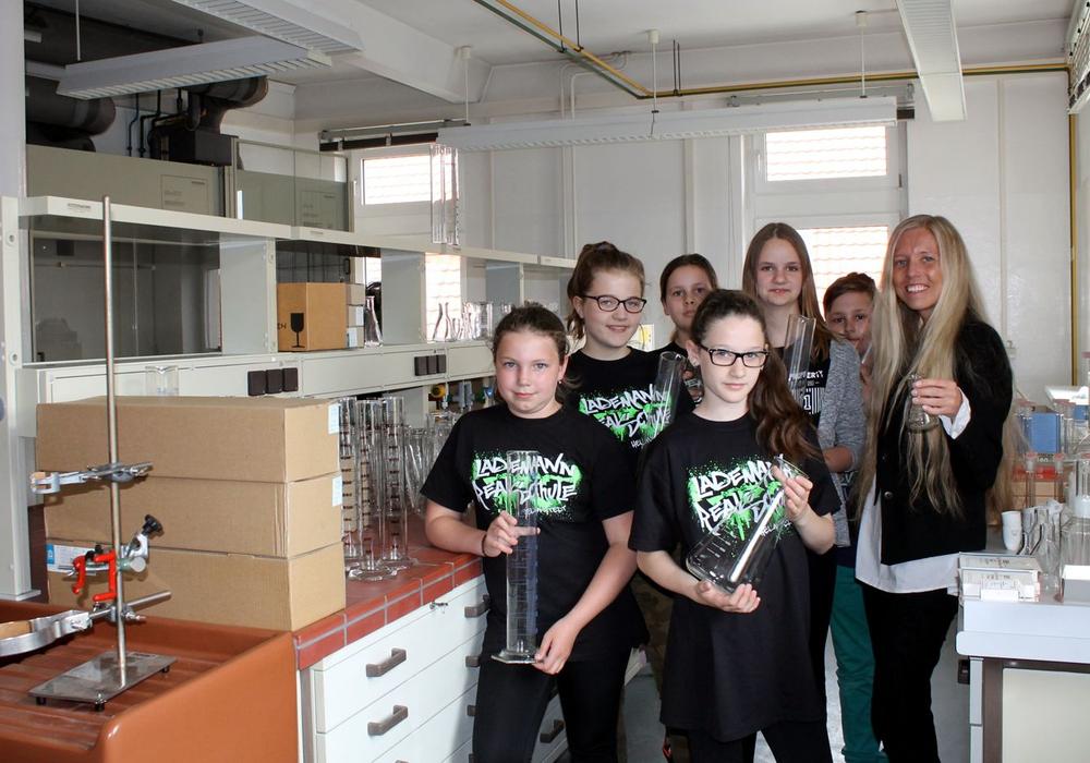 Schülerinnen und Schüler freuen sich über die Labormaterialien aus der DTA. Foto: Stadt Helmstedt