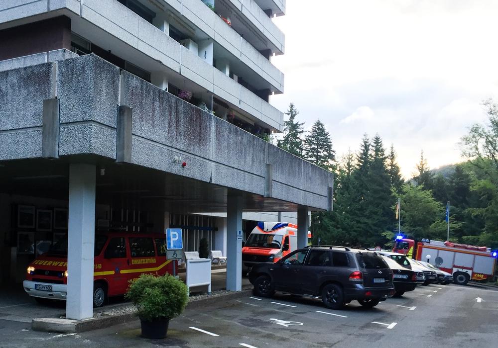 Die Bad Harzburger Feuerwehr und der Rettungsdienst waren am Dienstagmorgen erneut im Hochhauskomplex in der Kurhausstraße im Einsatz. Dort mussten sie bei der Rettung einer Person unterstützen. Foto: Feuerwehr Bad Harzburg