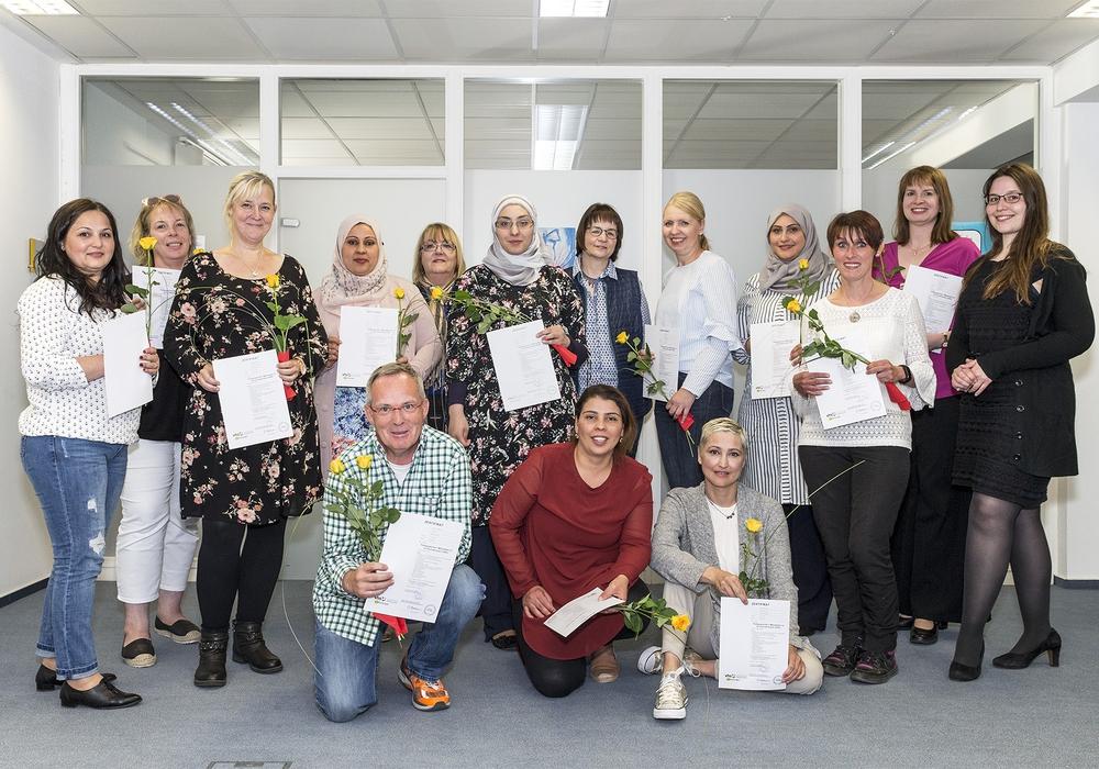 Freuten sich über die erfolgreich absolvierte Weiterbildung: 15 neue Pädagogische Mitarbeiter/innen erhielten am Samstag in der VHS Wolfsburg ihre Zertifikate. Foto: Bildungshaus Wolfsburg