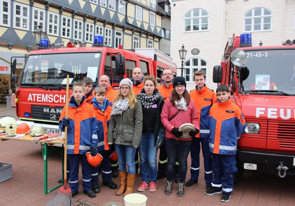 Die Organisatorinnen (vordere Reihe von links) Inken Schnepf, Natalie Schlüter und Carina Meyne mit Vertretern der Freiwilligen Feuerwehr Stadt Wolfenbüttel. Fotos/Video: Max Förster