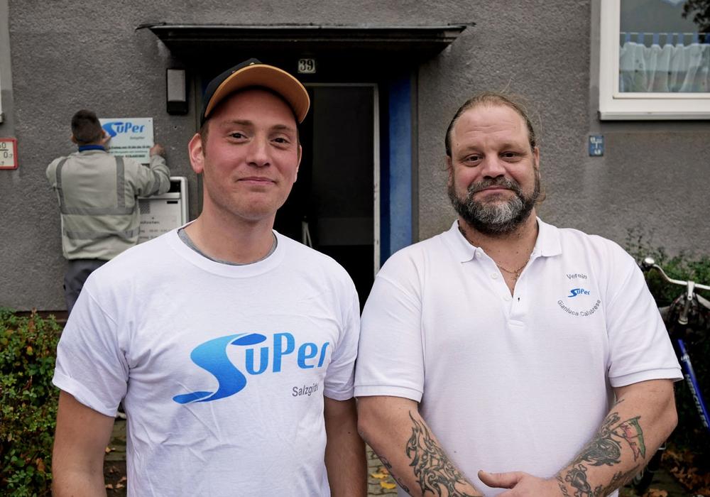 Die beiden Gründungsmitglieder Patrick Wassmann und Gianluca Calabrese vom Verein SuPer-Salzgitter vor dem neu eröffneten Kontakt-Café. Foto: Alexander Panknin