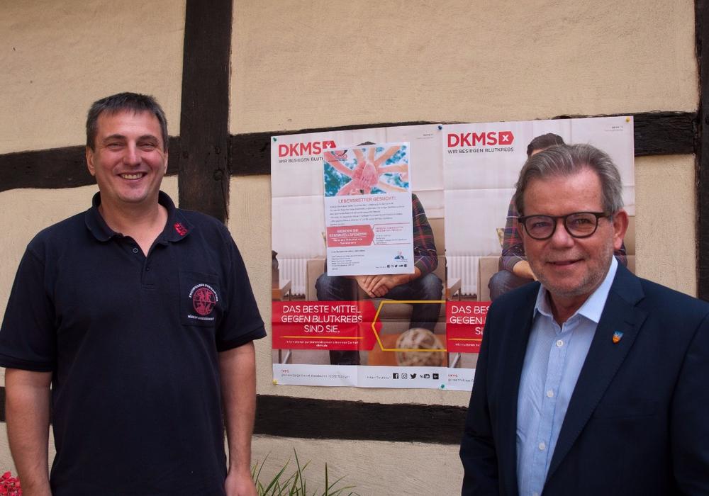 Ortsbrandmeister Ralf Böhm (l.) und Schirmherr und Bürgermeister Horst Schiesgeries hoffen auf zahlreiche Besuch bei der Typisierungsaktion am Sonnatag. Foto: Schaffhauser, Samtgemeindepressesprecher