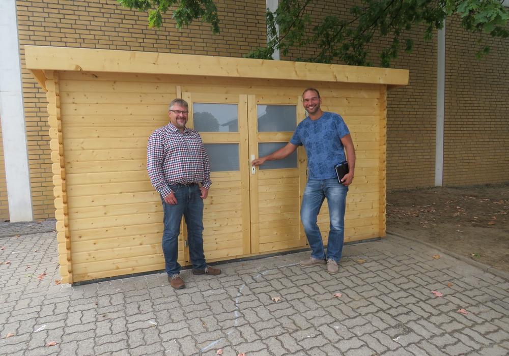 Spielmaterial-Hütte in Essenrode mit Schulleiter Frank Lange und Bauamtsleiter Marco Schulz. Foto: Gemeinde Lehre