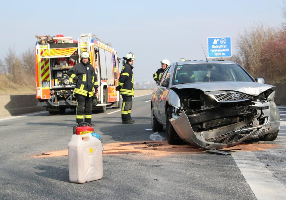 Die Feuerwehr musste den Ford wieder aufrichten, um die Insassen zu befreien. Fotos: Rudolf Karliczek