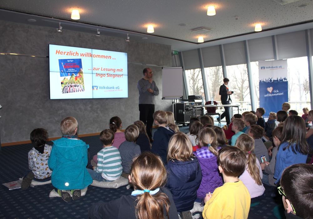 Etwa hundert begeisterte kleine und große Zuhörer folgten den Ausführungen von Kinderbuchautor Ingo Siegner. Fotos: Alexander Dontscheff