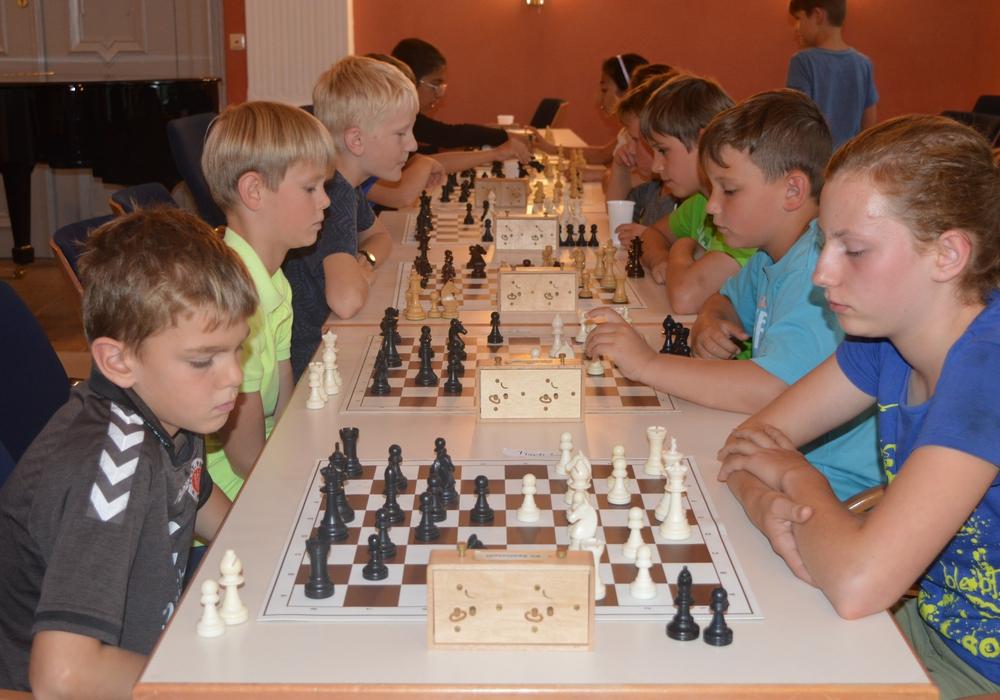Die Teilnehmenden am JUP-Schachturnier mit Spielleiter Walter Czeschka, (rechts) und Gerd Vibrans, Vorsitzender des Schachvereins Apelnstedt. Foto: Richert