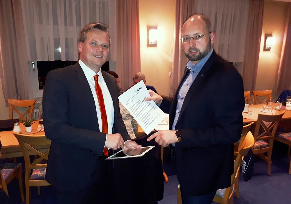 Die CDU-Fraktionsvorsitzenden Marc Schneider (links) und Andreas Weber (rechts) stellen den Ratsantrag für mehr Kita-Plätze in Königslutter vor. Foto: CDU