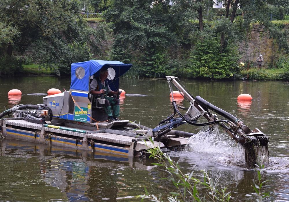 Der Schwimmbagger saugt auf dem Kahnteich das schlammige Wasser auf. Fotos: Stadt Goslar