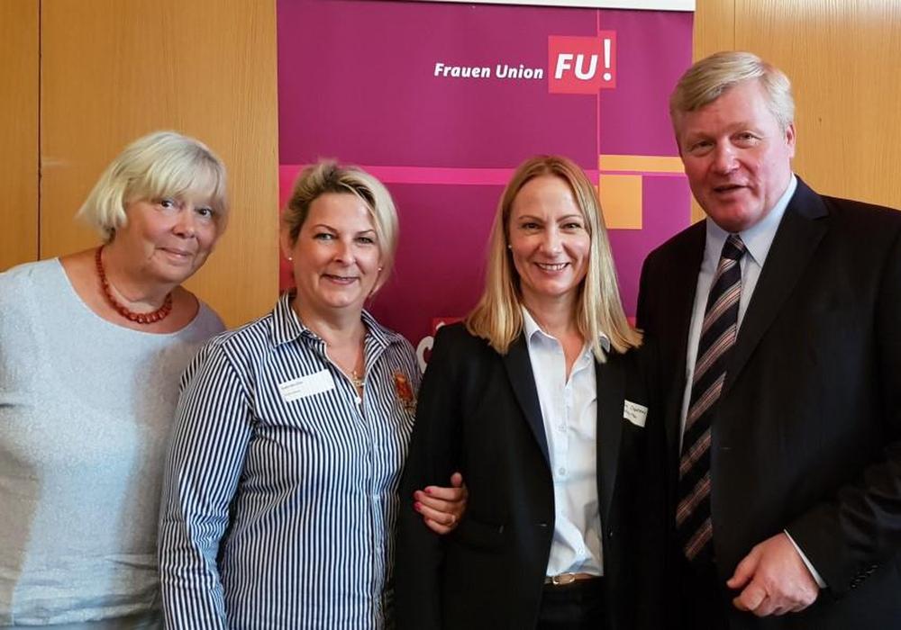 Die Wolfenbütteler Frauen Union, vertreten durch (v. l.) Susanne Gartung, Gabriele Otto (Vorsitzende) und Martina Sharman (Kandidatin Europawahl), freute sich über das Treffen mit dem CDU-Vorsitzenden Dr. Bernd Althusmann. Foto: privat