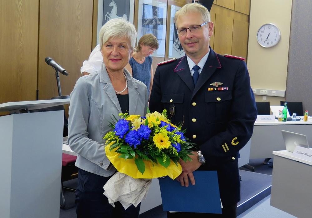 Landrätin Christiana Steinbrügge gratuliert Markus Rischbieter zur erneuten Ernennung. Foto: Landkreis Wolfenbüttel