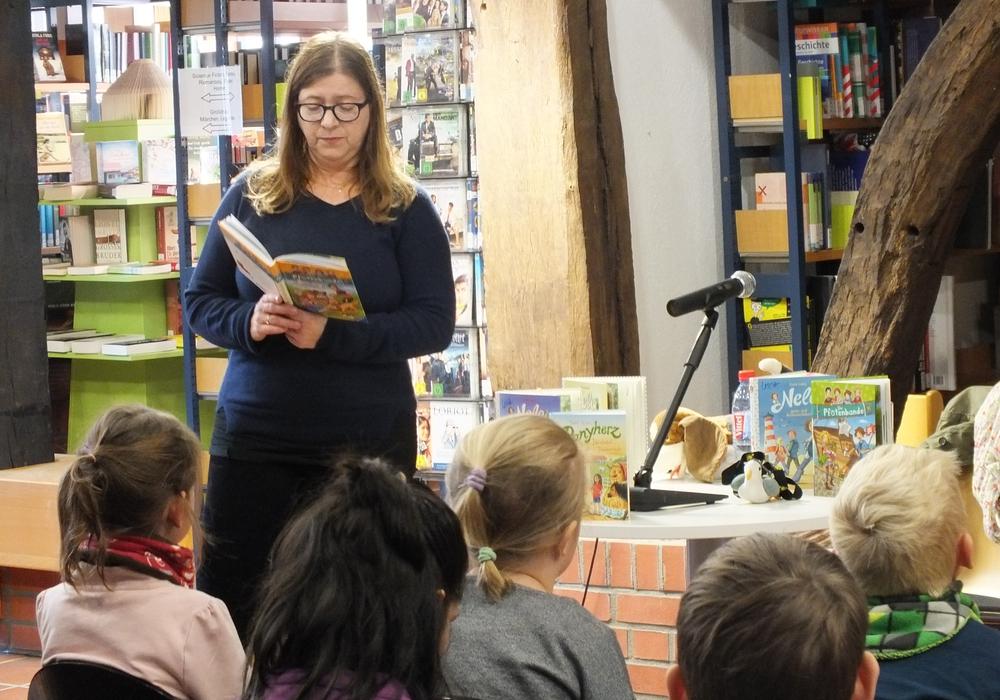 Usch Luhn bei der Lesung in der Stadtbücherei Peine. Foto: Stadt Peine