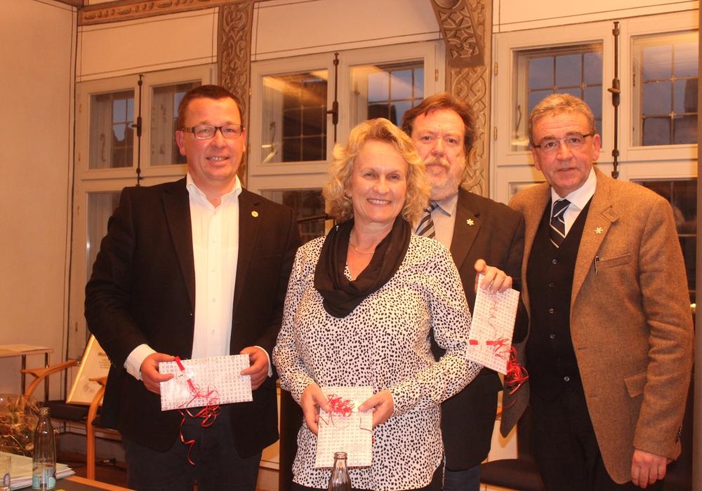 Die stellvertretenden Bürgermeister Jürgen Selke-Witzel, Katrin Rühland und Heinz-Rainer Bosse erhielten für ihre Tätigkeit kleine Präsente von Bürgermeister Thomas Pink. Foto: Anke Donner