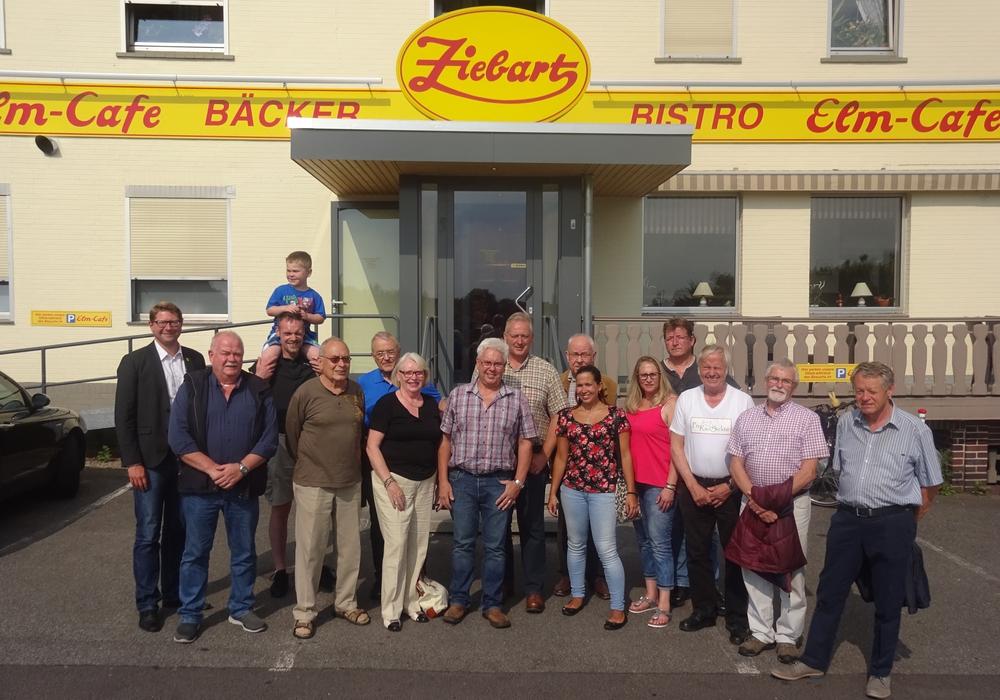 Die zahlreichen Vertreter der CDU Sickte, gemeinsam mit Frank Oesterhelweg (MdL)(8. von links), Marco Kelb (Bürgermeister)(1. Von links) und Ulli Ziebart (7.von links) vor dem beliebten Elm-Café der Bäckerei Ziebart Foto: Privat