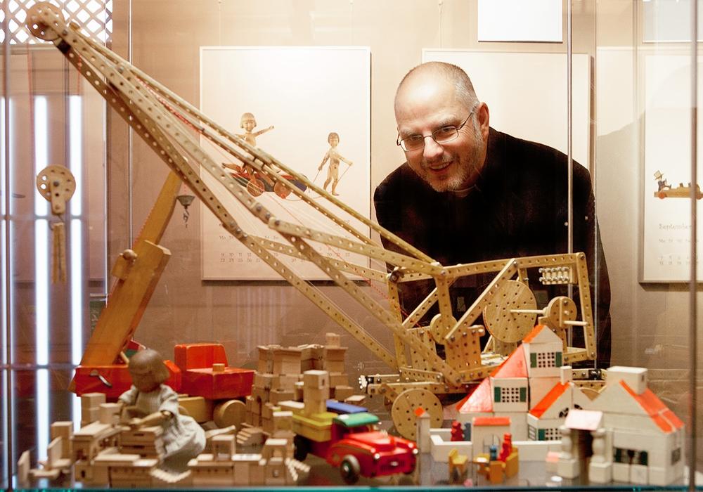 Mit Dr. Arne Steinert durch die ganze Vielfalt des Holzspielzeugs. Foto: Stadtmuseum