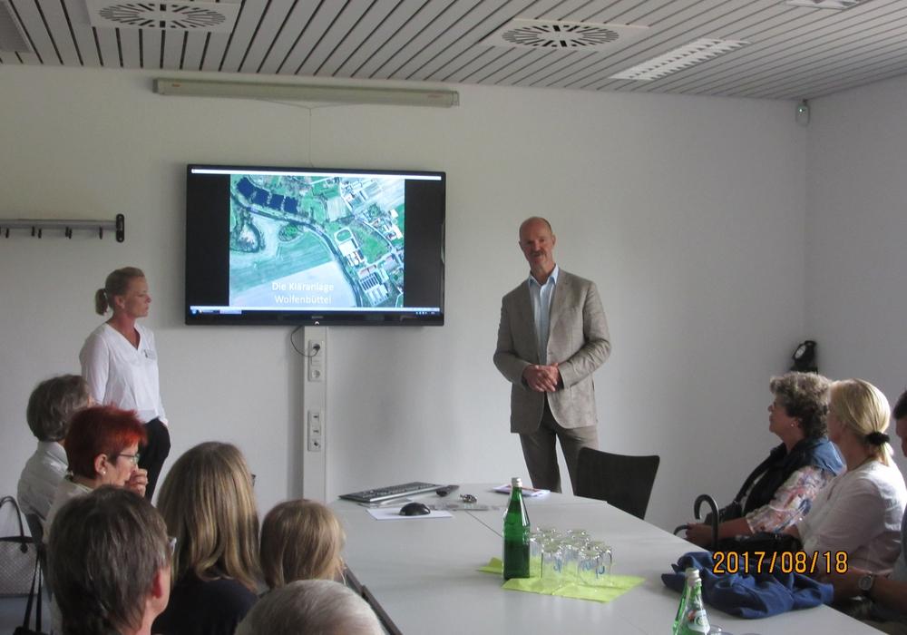 Dunja Kreiser und Matthias Tramp geben Einblicke in die Arbeit an der Kläranlage. Foto: SPD