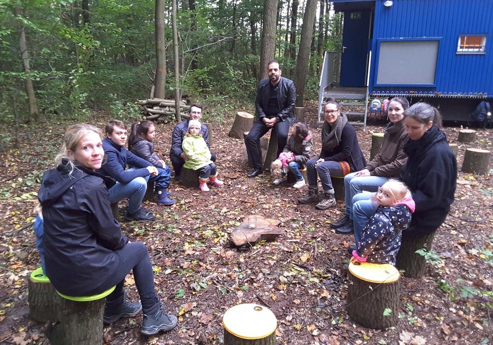 """Am ersten Tag wurde auch gleich der erste """"Wald-Stuhlkreis"""" gebildet. Foto: Gemeinde Lehre"""