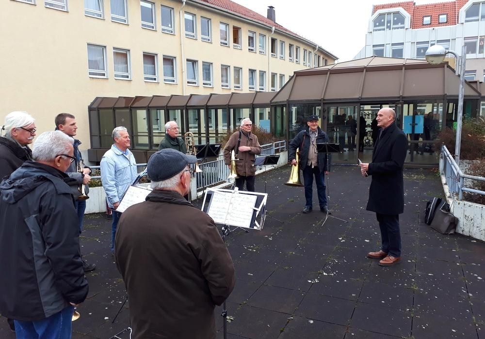 Auch bei dem jüngsten Ständchen war ein aktiver Kreis-Bediensteter mit dabei: Kreis-Baurat Wolfgang Gemba unterstützte das Ensemble gekonnt auf seiner Trompete. Foto: Landkreis Peine