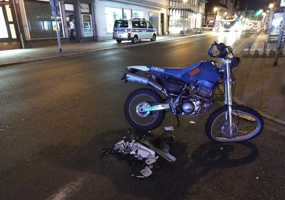 Das Vorderrad des Motorrades ist völlig verbogen. Foto: Werner Heise