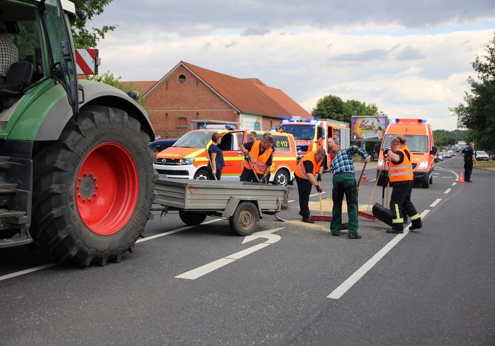Der Bauer hilft bei der Säuberung der Straße. Foto: Rudolf Karliczek
