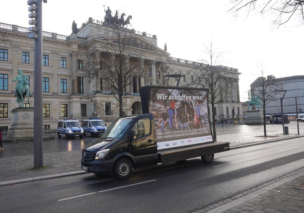 """""""Wir schaffen was!""""- Aktion vor dem Schlossplatz. Foto: AGV"""